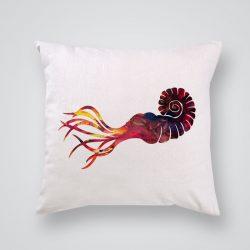 Декоративна калъфка Сепия е изработена от качествен текстил в натурален бял цвят, с щампа от едната страна и скрит цип за лесна поддръжка. Калъфката е ушита ръчно и с грижа, печатът е безопасен, с нетоксични мастила и трайни цветове.