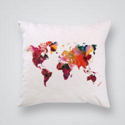 Декоративна калъфка Шарена карта на света е изработена от качествен текстил в натурален бял цвят, с щампа от едната страна и скрит цип за лесна поддръжка. Калъфката е ушита ръчно и с грижа, печатът е безопасен, с нетоксични мастила и трайни цветове.