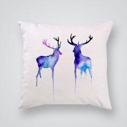 Декоративна калъфка Сини елени е изработена от качествен текстил в натурален бял цвят, с щампа от едната страна и скрит цип за лесна поддръжка. Калъфката е ушита ръчно и с грижа, печатът е безопасен, с нетоксични мастила и трайни цветове.