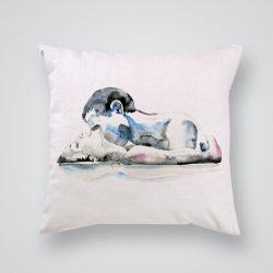 Декоративна калъфка Страст е изработена от качествен текстил в натурален бял цвят, с щампа от едната страна и скрит цип за лесна поддръжка. Калъфката е ушита ръчно и с грижа, печатът е безопасен, с нетоксични мастила и трайни цветове.