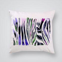 Декоративна калъфка Зеброва шарка е изработена от качествен текстил в натурален бял цвят, с щампа от едната страна и скрит цип за лесна поддръжка. Калъфката е ушита ръчно и с грижа, печатът е безопасен, с нетоксични мастила и трайни цветове.