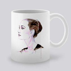 Сутрешната чаша кафе или чай става още по-приятна, с дизайнерската ни керамична чаша с щампа Портрет на Дама.