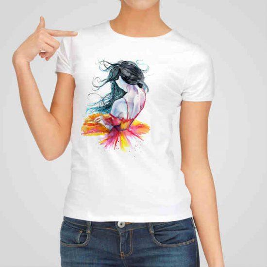 Дамска тениска Балерината е изработена от висококачествен памук и последно поколение технология на печат. Ярки цветове и прецизен детайл – сякаш някой е рисувал с четка и бои върху плата.