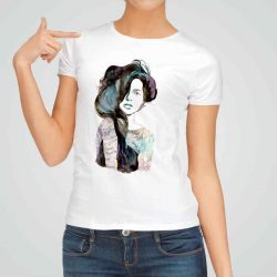 Дамска тениска Буйни Коси е изработена от висококачествен памук и последно поколение технология на печат. Ярки цветове и прецизен детайл – сякаш някой е рисувал с четка и бои върху плата.