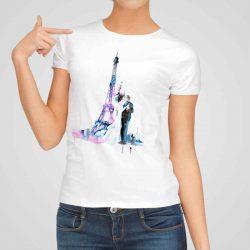 Дамска тениска Целувка пред Айфеловата Кула е изработена от висококачествен памук и последно поколение технология на печат. Ярки цветове и прецизен детайл – сякаш някой е рисувал с четка и бои върху плата.