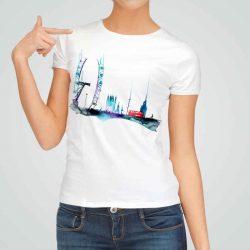 Дамска тениска Червен Автобус е изработена от висококачествен памук и последно поколение технология на печат. Ярки цветове и прецизен детайл – сякаш някой е рисувал с четка и бои върху плата.