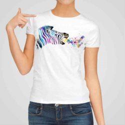 Дамска тениска Дъх На Зебра е изработена от висококачествен памук и последно поколение технология на печат. Ярки цветове и прецизен детайл – сякаш някой е рисувал с четка и бои върху плата.