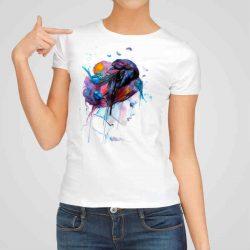 Дамска тениска Гарван в Косите е изработена от висококачествен памук и последно поколение технология на печат. Ярки цветове и прецизен детайл – сякаш някой е рисувал с четка и бои върху плата.