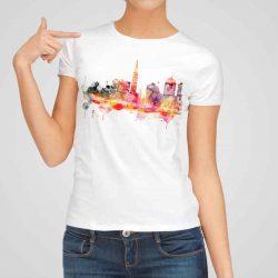 Дамска тениска Гледка към Града е изработена от висококачествен памук и последно поколение технология на печат. Ярки цветове и прецизен детайл – сякаш някой е рисувал с четка и бои върху плата.