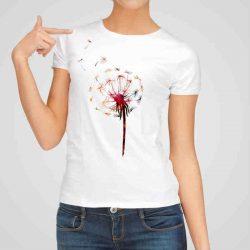 Дамска тениска Глухарче е изработена от висококачествен памук и последно поколение технология на печат. Ярки цветове и прецизен детайл – сякаш някой е рисувал с четка и бои върху плата.