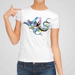 Дамска тениска Голям Октопод е изработена от висококачествен памук и последно поколение технология на печат. Ярки цветове и прецизен детайл – сякаш някой е рисувал с четка и бои върху плата.