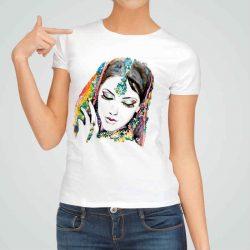 Дамска тениска Индийка е изработена от висококачествен памук и последно поколение технология на печат. Ярки цветове и прецизен детайл – сякаш някой е рисувал с четка и бои върху плата.