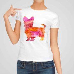 Дамска тениска Йоркширски Териер е изработена от висококачествен памук и последно поколение технология на печат. Ярки цветове и прецизен детайл – сякаш някой е рисувал с четка и бои върху плата.