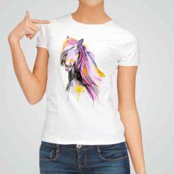 Дамска тениска Конска Глава е изработена от висококачествен памук и последно поколение технология на печат. Ярки цветове и прецизен детайл – сякаш някой е рисувал с четка и бои върху плата.