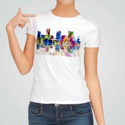 Дамска тениска Красива Гледка е изработена от висококачествен памук и последно поколение технология на печат. Ярки цветове и прецизен детайл – сякаш някой е рисувал с четка и бои върху плата.