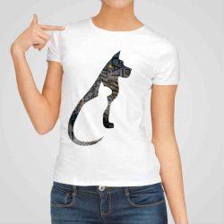 Дамска тениска Куче и Котка е изработена от висококачествен памук и последно поколение технология на печат. Ярки цветове и прецизен детайл – сякаш някой е рисувал с четка и бои върху плата.