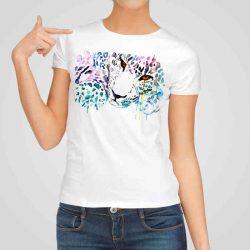 Дамска тениска Леопард е изработена от висококачествен памук и последно поколение технология на печат. Ярки цветове и прецизен детайл – сякаш някой е рисувал с четка и бои върху плата.