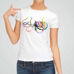 Дамска тениска Малък Октопод е изработена от висококачествен памук и последно поколение технология на печат. Ярки цветове и прецизен детайл – сякаш някой е рисувал с четка и бои върху плата.