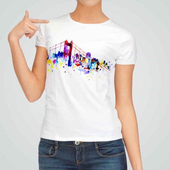 Дамска тениска Мостът е изработена от висококачествен памук и последно поколение технология на печат. Ярки цветове и прецизен детайл – сякаш някой е рисувал с четка и бои върху плата.