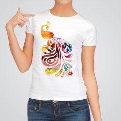 Дамска тениска Паун е изработена от висококачествен памук и последно поколение технология на печат. Ярки цветове и прецизен детайл – сякаш някой е рисувал с четка и бои върху плата.