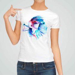 Дамска тениска Риба Бета е изработена от висококачествен памук и последно поколение технология на печат. Ярки цветове и прецизен детайл – сякаш някой е рисувал с четка и бои върху плата.