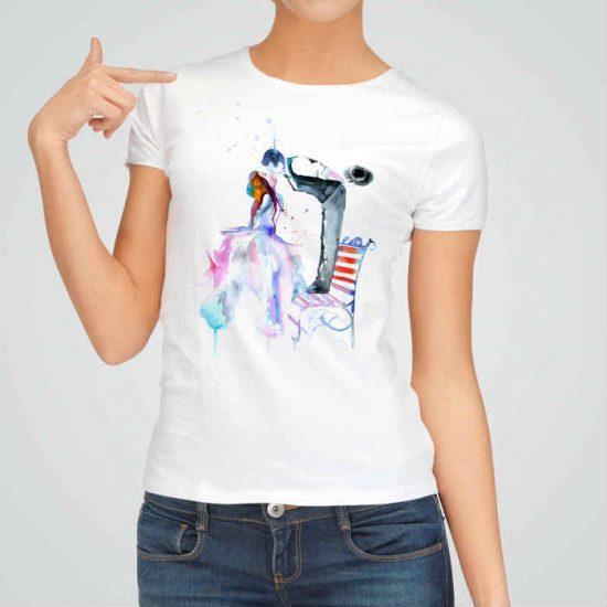 Дамска тениска Романтика е изработена от висококачествен памук и последно поколение технология на печат. Ярки цветове и прецизен детайл – сякаш някой е рисувал с четка и бои върху плата.