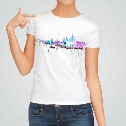 Дамска тениска с Арт принт е изработена от висококачествен памук и последно поколение технология на печат. Ярки цветове и прецизен детайл – сякаш някой е рисувал с четка и бои върху плата.