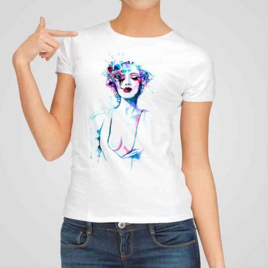Дамска тениска с рисунка е изработена от висококачествен памук и последно поколение технология на печат. Ярки цветове и прецизен детайл – сякаш някой е рисувал с четка и бои върху плата.