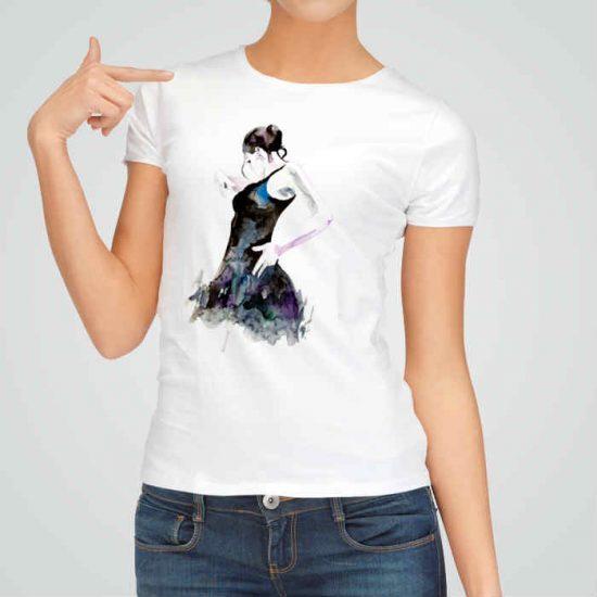 Дамска тениска Танци е изработена от висококачествен памук и последно поколение технология на печат. Ярки цветове и прецизен детайл – сякаш някой е рисувал с четка и бои върху плата.