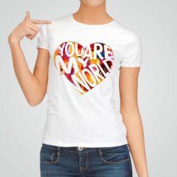 Дамска тениска Ти Си Моя Свят е изработена от висококачествен памук и последно поколение технология на печат. Ярки цветове и прецизен детайл – сякаш някой е рисувал с четка и бои върху плата.
