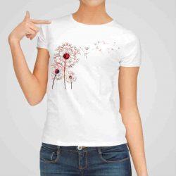 Дамска тениска Три Глухарчета е изработена от висококачествен памук и последно поколение технология на печат. Ярки цветове и прецизен детайл – сякаш някой е рисувал с четка и бои върху плата.