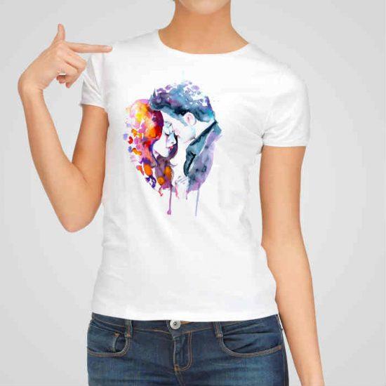 Дамска тениска Здрач е изработена от висококачествен памук и последно поколение технология на печат. Ярки цветове и прецизен детайл – сякаш някой е рисувал с четка и бои върху плата.
