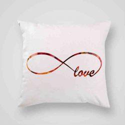 Декоративна калъфка Безкрайна любов е изработена от качествен текстил в натурален бял цвят, с щампа от едната страна и скрит цип за лесна поддръжка. Калъфката е ушита ръчно и с грижа, печатът е безопасен, с нетоксични мастила и трайни цветове.