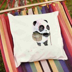 Декоративна калъфка Панда пътешественик е изработена от качествен текстил в натурален бял цвят, с щампа от едната страна и скрит цип за лесна поддръжка. Калъфката е ушита ръчно и с грижа, печатът е безопасен, с нетоксични мастила и трайни цветове.