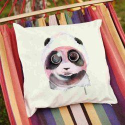 Декоративна калъфка Панда с балон е изработена от качествен текстил в натурален бял цвят, с щампа от едната страна и скрит цип за лесна поддръжка. Калъфката е ушита ръчно и с грижа, печатът е безопасен, с нетоксични мастила и трайни цветове.