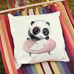 Декоративна калъфка Панда ученик е изработена от качествен текстил в натурален бял цвят, с щампа от едната страна и скрит цип за лесна поддръжка. Калъфката е ушита ръчно и с грижа, печатът е безопасен, с нетоксични мастила и трайни цветове.
