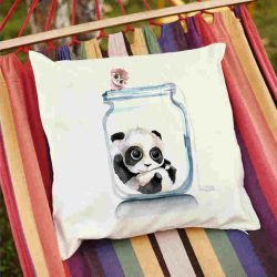 Декоративна калъфка Панда в буркан е изработена от качествен текстил в натурален бял цвят, с щампа от едната страна и скрит цип за лесна поддръжка. Калъфката е ушита ръчно и с грижа, печатът е безопасен, с нетоксични мастила и трайни цветове.