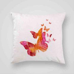 Декоративна калъфка Пеперуди за късмет е изработена от качествен текстил в натурален бял цвят, с щампа от едната страна и скрит цип за лесна поддръжка. Калъфката е ушита ръчно и с грижа, печатът е безопасен, с нетоксични мастила и трайни цветове.