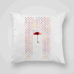 Декоративна калъфка Под дъжда е изработена от качествен текстил в натурален бял цвят, с щампа от едната страна и скрит цип за лесна поддръжка. Калъфката е ушита ръчно и с грижа, печатът е безопасен, с нетоксични мастила и трайни цветове.