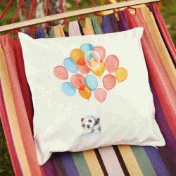 Декоративна калъфка с балони е изработена от качествен текстил в натурален бял цвят, с щампа от едната страна и скрит цип за лесна поддръжка. Калъфката е ушита ръчно и с грижа, печатът е безопасен, с нетоксични мастила и трайни цветове.