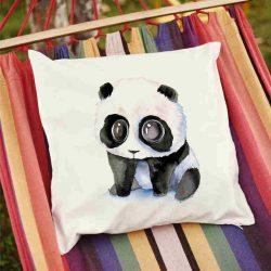 Декоративна калъфка Тъжна панда е изработена от качествен текстил в натурален бял цвят, с щампа от едната страна и скрит цип за лесна поддръжка. Калъфката е ушита ръчно и с грижа, печатът е безопасен, с нетоксични мастила и трайни цветове.