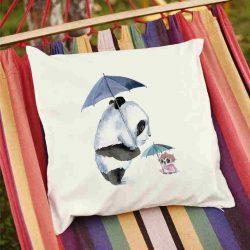 Декоративна калъфка Винаги заедно е изработена от качествен текстил в натурален бял цвят, с щампа от едната страна и скрит цип за лесна поддръжка. Калъфката е ушита ръчно и с грижа, печатът е безопасен, с нетоксични мастила и трайни цветове.