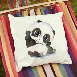 Декоративна калъфка Здравей Панда е изработена от качествен текстил в натурален бял цвят, с щампа от едната страна и скрит цип за лесна поддръжка. Калъфката е ушита ръчно и с грижа, печатът е безопасен, с нетоксични мастила и трайни цветове.