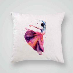 Декоративна калъфка Балерина е изработена от качествен текстил в натурален бял цвят, с щампа от едната страна и скрит цип за лесна поддръжка. Калъфката е ушита ръчно и с грижа, печатът е безопасен, с нетоксични мастила и трайни цветове.