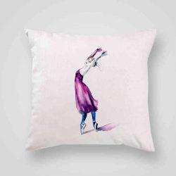 Декоративна калъфка Балетна Стъпка е изработена от качествен текстил в натурален бял цвят, с щампа от едната страна и скрит цип за лесна поддръжка. Калъфката е ушита ръчно и с грижа, печатът е безопасен, с нетоксични мастила и трайни цветове.