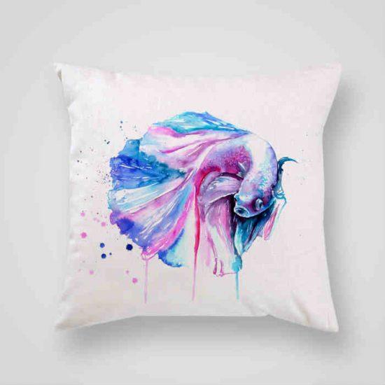 Декоративна калъфка Бета е изработена от качествен текстил в натурален бял цвят, с щампа от едната страна и скрит цип за лесна поддръжка. Калъфката е ушита ръчно и с грижа, печатът е безопасен, с нетоксични мастила и трайни цветове.