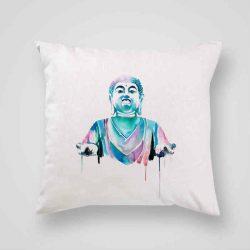 Декоративна калъфка Буда е изработена от качествен текстил в натурален бял цвят, с щампа от едната страна и скрит цип за лесна поддръжка. Калъфката е ушита ръчно и с грижа, печатът е безопасен, с нетоксични мастила и трайни цветове.
