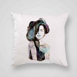 Декоративна калъфка Буйни Коси е изработена от качествен текстил в натурален бял цвят, с щампа от едната страна и скрит цип за лесна поддръжка. Калъфката е ушита ръчно и с грижа, печатът е безопасен, с нетоксични мастила и трайни цветове.