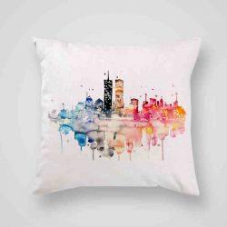 Декоративна калъфка Двете Кули е изработена от качествен текстил в натурален бял цвят, с щампа от едната страна и скрит цип за лесна поддръжка. Калъфката е ушита ръчно и с грижа, печатът е безопасен, с нетоксични мастила и трайни цветове.
