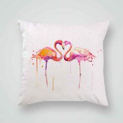 Декоративна калъфка Двойка Фламинго е изработена от качествен текстил в натурален бял цвят, с щампа от едната страна и скрит цип за лесна поддръжка. Калъфката е ушита ръчно и с грижа, печатът е безопасен, с нетоксични мастила и трайни цветове.